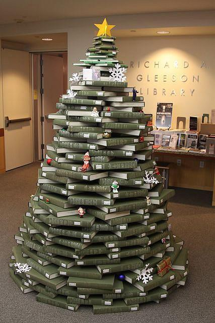 A Book Lover\'s Christmas Tree - The Decorologist