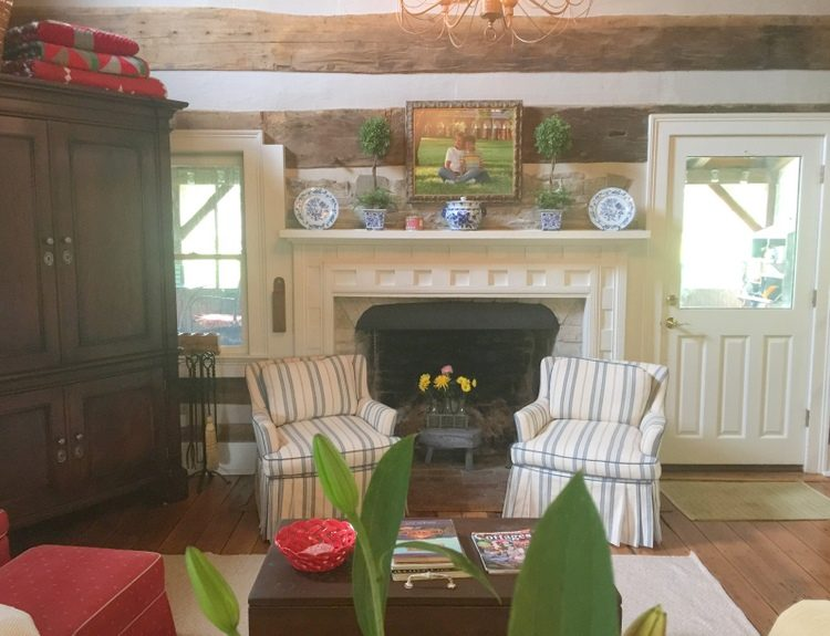 log cabin living room & The Best Colors for a Log Cabin Interior